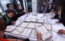 Election officials and party representatives recount votes at an electoral institute district council in Mexico City, Thursday, July 5, 2012.  Of the 143,000 ballot boxes used during last Sunday's general elections, 78,012, or more than half of the total, will be opened and the votes recounted, according to Mexican electoral officials.  (AP Photo/Marco Ugarte)