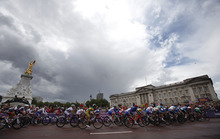 Cyclist ride past Buckingham Palace for the Women's Road Race for the London 2012 Olympics in London, England on Sunday, July 29, 2012.  (Nhat V. Meyer/Mercury News)