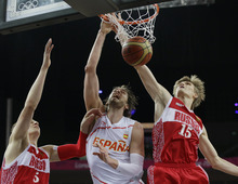 Spain's Pau Gasol, center, scores between Russia's Timofey Mozgov (5) and Andrei Kirilenko (15) during a semifinal men's basketball game at the 2012 Summer Olympics, Friday, Aug. 10, 2012, in London. (AP Photo/Eric Gay)