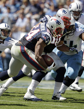 New England Patriots linebacker Dont'a Hightower (54) runs for a touchdown after picking up a fumble by Tennessee Titans quarterback Jake Locker, left, in the second quarter of an NFL football game on Sunday, Sept. 9, 2012, in Nashville, Tenn. (AP Photo/Wade Payne)