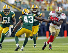 San Francisco 49ers' Frank Gore (21) runs past Green Bay Packers' M.D. Jennings (43) during the second half of an NFL football game Monday, Sept. 10, 2012, in Green Bay, Wis. The 49ers won 30-22. (AP Photo/Mike Roemer)
