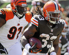 Cleveland Browns running back Trent Richardson (33) rushes past Cincinnati Bengals defensive end Robert Geathers (91) on his way to a touchdown in the first half of an NFL football game, Sunday, Sept. 16, 2012, in Cincinnati. (AP Photo/Tom Uhlman)