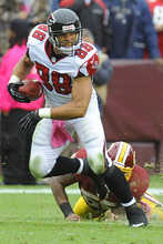Atlanta Falcons tight end Tony Gonzalez carries the ball during the first half of an NFL football game against the Washington Redskins in Landover, Md., Sunday, Oct. 7, 2012. (AP Photo/Richard Lipski)
