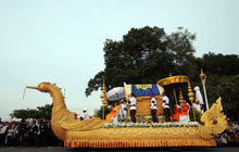 A phoenix float carrying the casket carrying late former King Norodom Sihanouk arrives at the Royal Palace in Phnom Penh, Cambodia, Wednesday Oct. 17, 2012. The body of Cambodia's late King returned to his homeland on a plane from China on Wednesday, welcomed by tens of thousands of mourners who packed tree-lined roads in the Southeast Asian nation's capital ahead of the royal funeral. (AP Photo/Wong Maye-E)